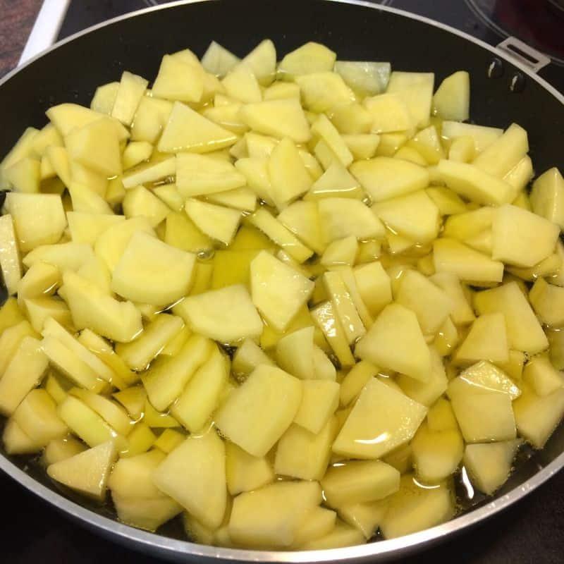 tortilla de patatas fry the potatoes